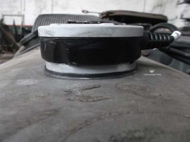 Installation of a fuel level sensor on a round tank