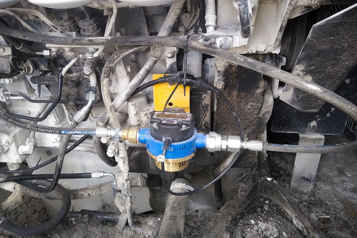 Установленный и подключенный расходомер топлива DFM Marine